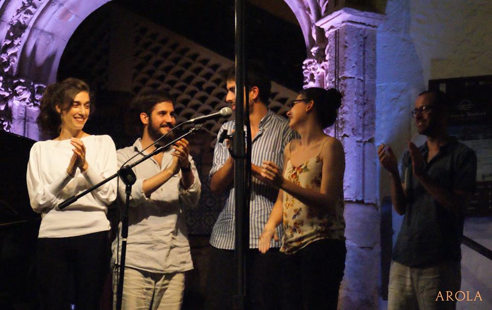 Misael Alerm, Carles Morell i Glòria Coll van homenajtjar els set poetes de la 9a Festa de la Poesia de Sitges, amb l'acompanyament musical de Maria Coma | Foto: Carles Arola.