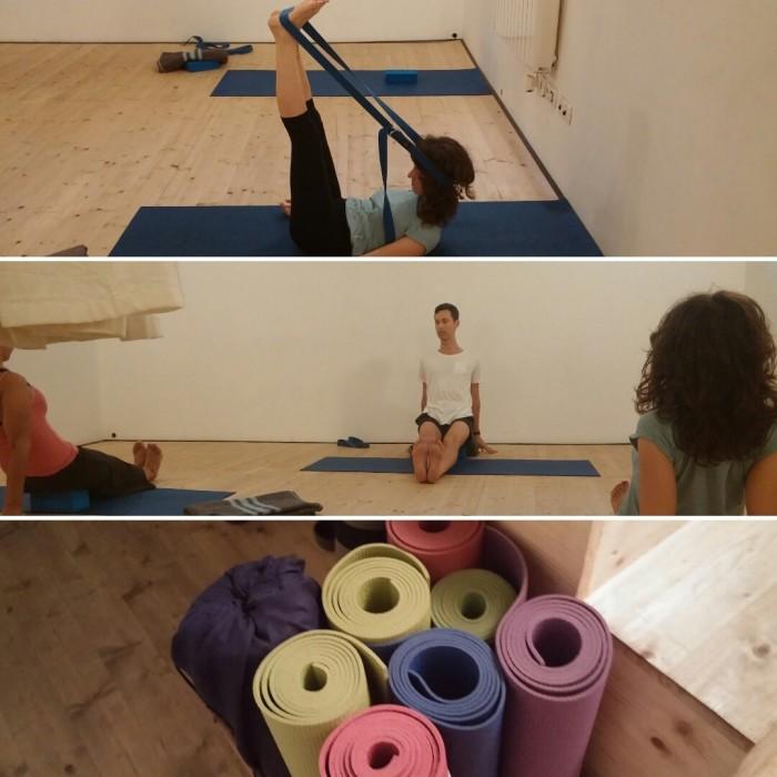 El ioga terapèutic utilitza blocs, cintes i altres instruments per fer variacions de les postures tradicionals del ioga i adaptar-les a persones amb determinades lesions | Foto: L.B.