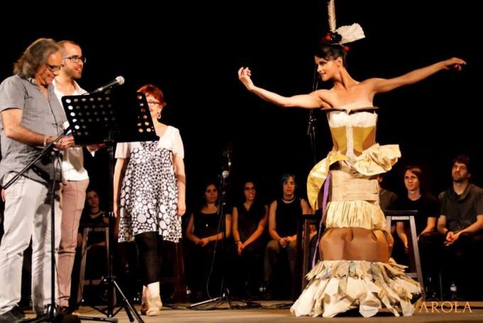 Eduard Sanahuja rep la visita de la musa de paper, que li entrega una frase, abans de començar el recital | Foto: Carles Arola.