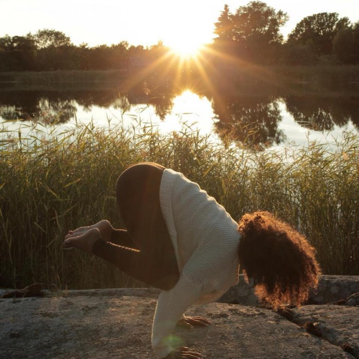 Nina Adams practicant ioga a la natura | Foto: Ninayoga.