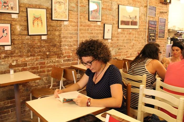 Tina vallès a la cafeteria Babèlia | Foto: Laura Basagaña.