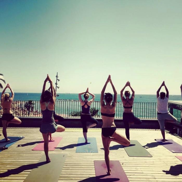 Una classe de ioga davant la platja de la Barceloneta | Foto: Sílvia Delgado.