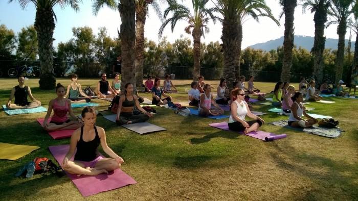Sessió de Hatha a l'aire lliure amb professors de Yogabody | Foto: Yogabody.