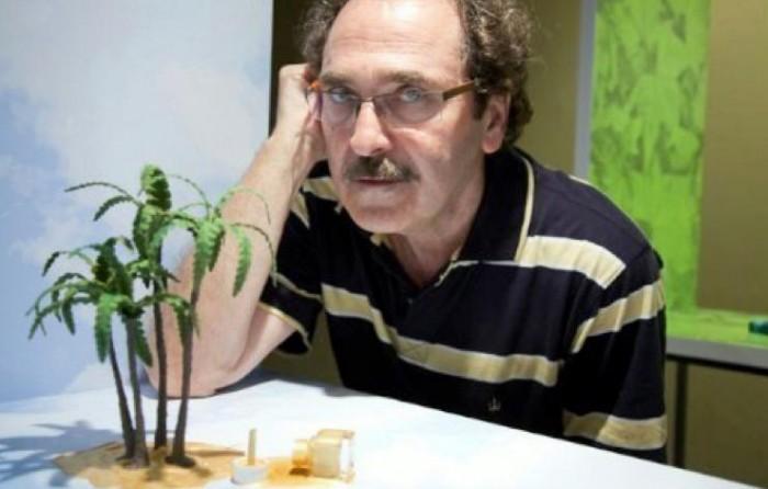 """Jaume Pont fotografiat per Laura Cuch dins l'exposició de """"Captura d'ànimes"""" de la Festa de la Poesia de Sitges, l'any 2010."""