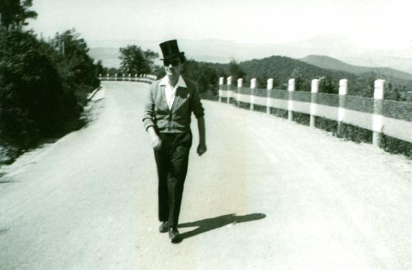 Santiago Farré va fotografiar Joan Brossa de jove, als anys quaranta, al camp i amb barret de copa| Foto: Fundació Joan Brossa/ Fons del MACBA