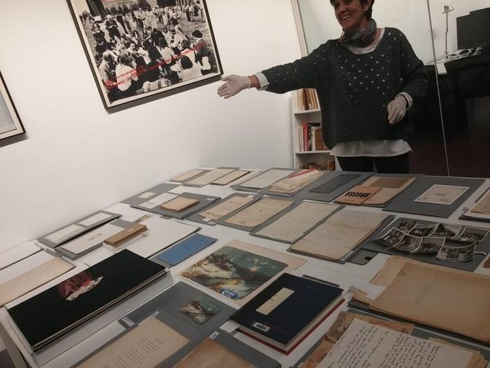 Glòria Bordons durant la visita guiada a l'arxiu de la Fundació Joan Brossa | Foto: L.B.