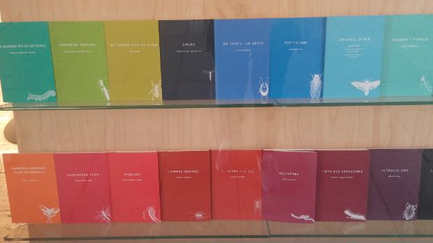La col·lecció alabatre de LaBreu Edicions celebra 10 anys de trajectòria. Aparador de la Llibreria Laie del CCCB | Foto: Laura Basagaña