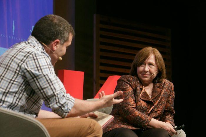 Un moment de la conversa entre la Nobel de Literatura 2015 Svetlana Aleksiévitx i l'escriptor Francesc Serés | Foto: Miquel Taverna.