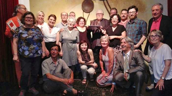 Josep-Ramon Bach va rebre un homenatge de la mà de poetes i amics al bar l'Horiginal | Foto: Laura Borràs.