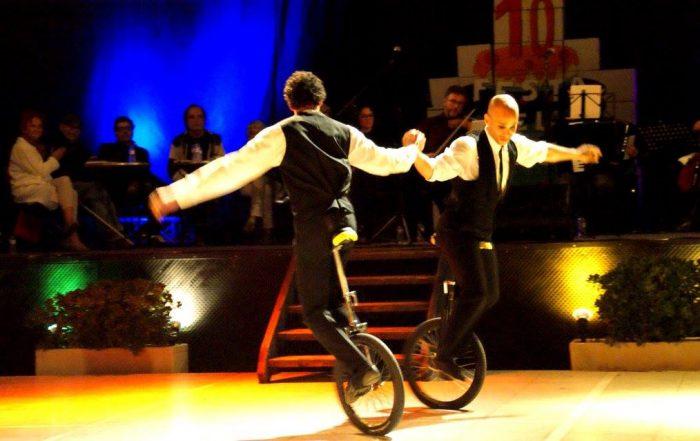 Roberto Carlos Rofrigues i Antonio Correa van oferir un espectacle circense als poetes | Foto: Carles Arola.