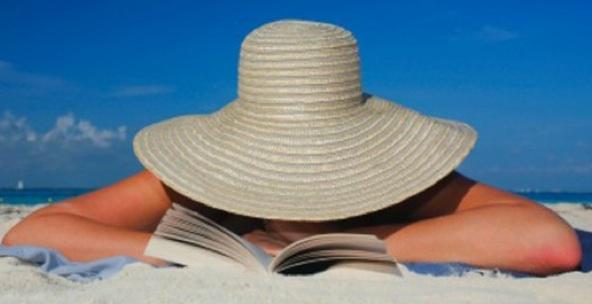 Una lectora a la platja.