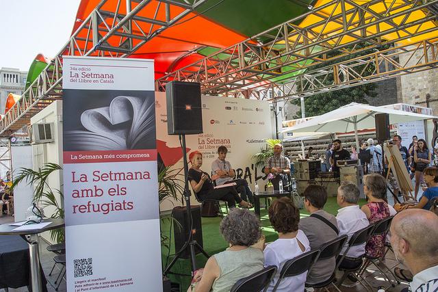 Rosa Maria Calaf, Lluís Caelles i Xavier Bertral conversen sobre els estralls de la guerra i la difícil situació que viuen les persones refugiades | Foto: La Setmana del Llibre en Català 2016.