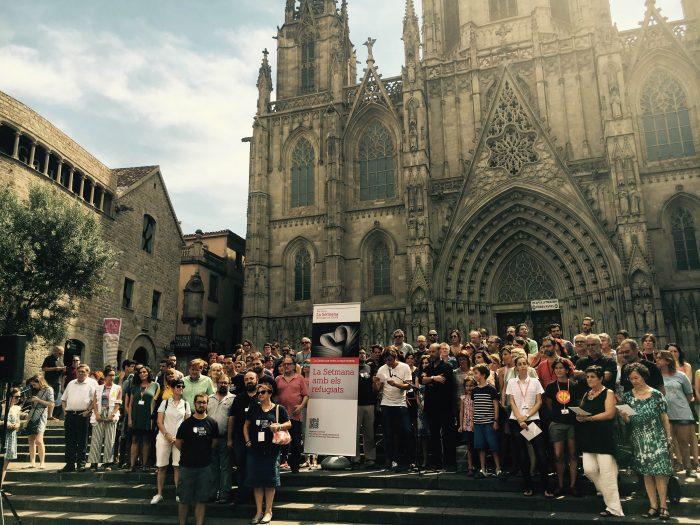Lectura del manifest a favor de les persones refugiades, davant la Catedral | Foto: Maria Antònia Massanet.
