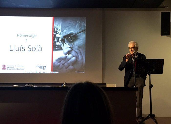 LLuís Solà durant el seu homenatge, dilluns a l'Arts Santa Mònica | Foto: L'Avenç.