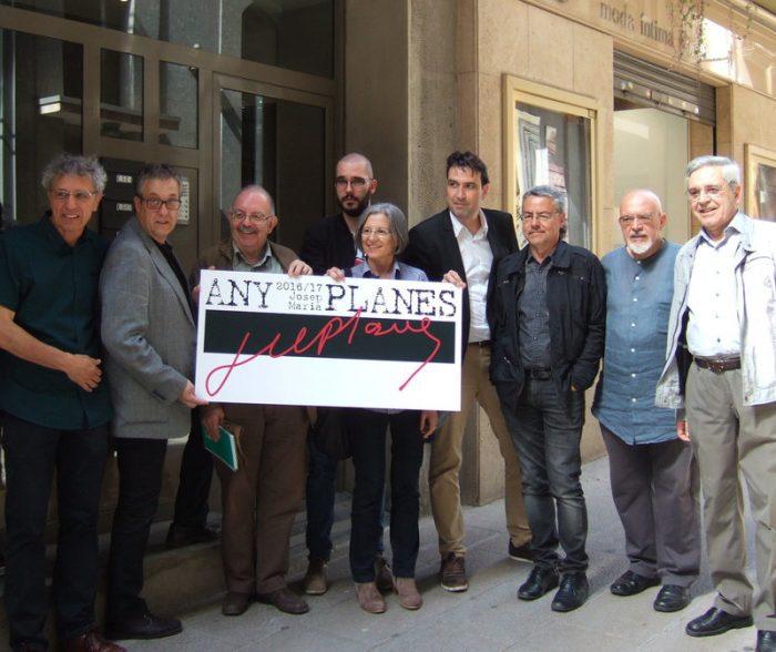 Els membres de la Comissió Any Planes, davant la casa on va néixer el periodista manresà | Foto: Noemí Badrenas Puga.