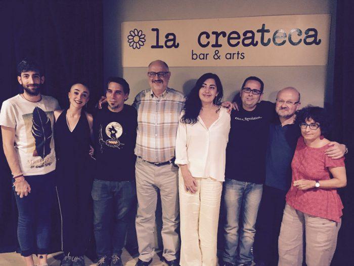 Fotografia de grup de tots els poetes que van participar al recital | Foto: Mireia Companys.