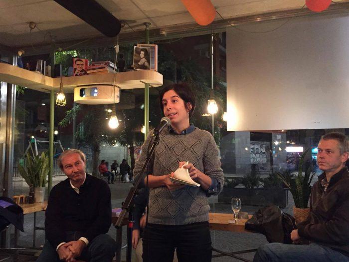 La poeta Anna Gual recitant 'Cala foc als ossos' de Pons Alorda | Foto: Júlia Català.